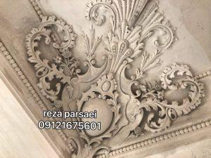 گچبری سینی کنج در سینه کفتری سقف سالن پذیرائی